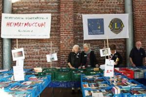 Der letzte Bücherbasar in der Kulturschmiede unter der Flagge des Lionsclubs Schwerte-Caelestia; daneben bereits das Transparent des Heimatvereins, der den Bücherbasar nahtlos übernimmt.