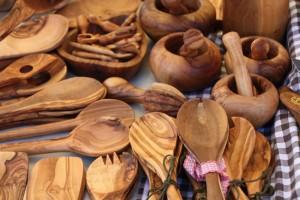 Auch Stücke aus dem Holzhandwerk werden angeboten.