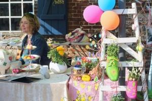 Der Frühling lockt mit frischen Blumen und bunten Luftballons an einem Ausstellungsstand.